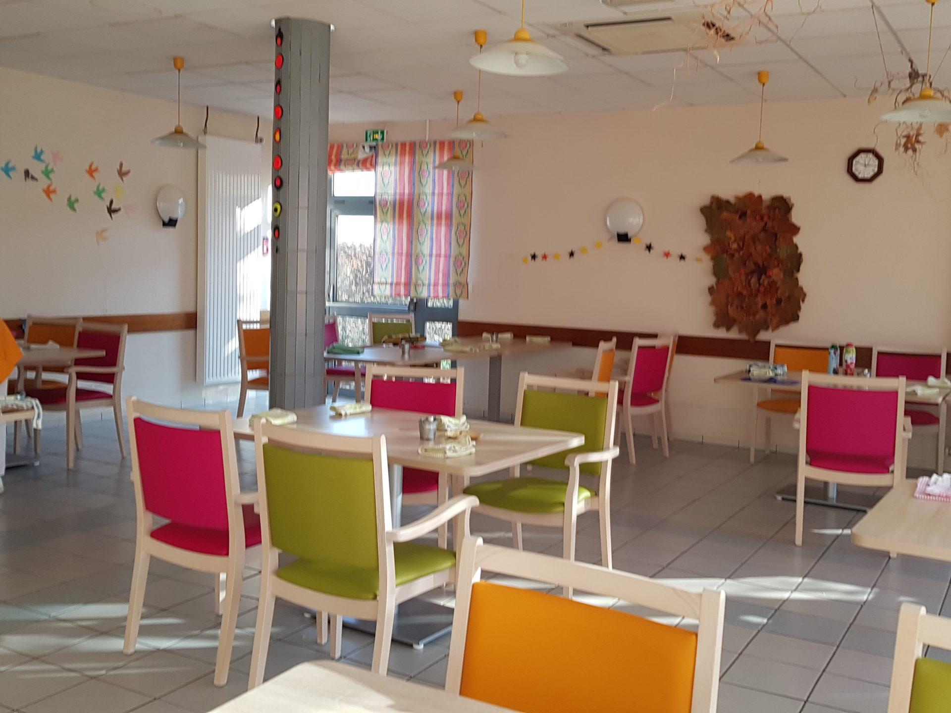 Salle de restaurant de l'Ehpad Résidence du Parc à Saint-Avé